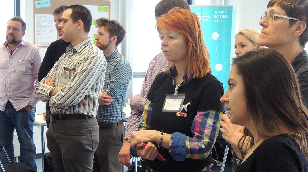 bei der Arbeit als Workshop-Moderatorin: Ergebnisvernissage Ausstellung der Ergebnisse