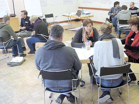 kleine Gruppen von Teilnehmenden im Austausch und bei der Vernetzung