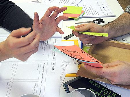 Hände von zwei Personene im Gespräch, beim Design Thinking