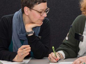 Esther Schaefer beim Coaching am Tisch mit Coachee