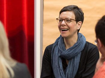 Workshop-Moderatorin Esther Schaefer lacht, Profil