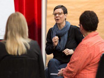 Workshop-Moderatorin Esther Schaefer gestikuliert, Profil