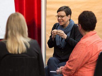 Workshop-Moderatorin Esther Schaefer gestikuliert mit den Händen, Profil