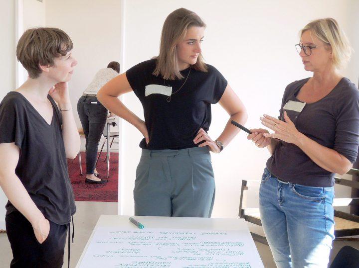 Kleingruppe mit drei Frauen beim Brainstorming