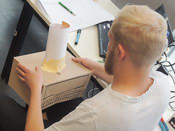 junger mann mit einfach gebasteltem Prototyp