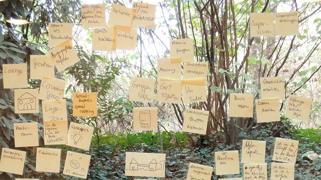im Design Thinking-Training: Postits am Fenster mit Blick in Natur