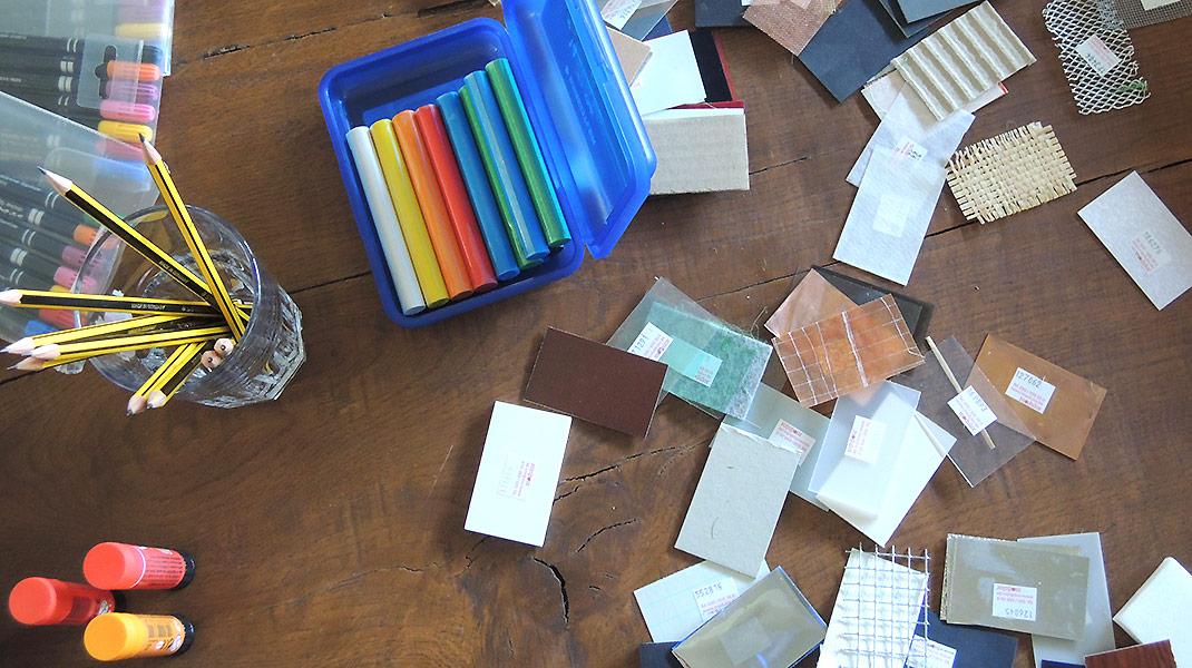 Stifte, Knete und Modellbaumaterial zum Veranschaulichen