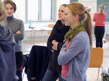 Teilnehmerinnen im Kleingruppen-Gespräch beim Training